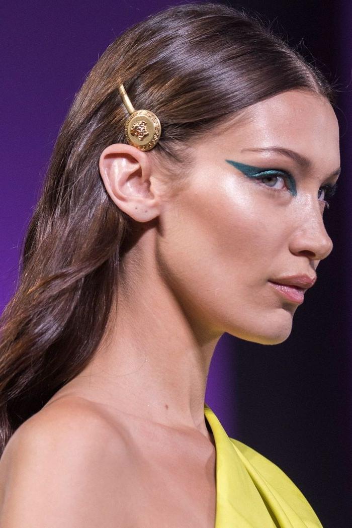 haarfarben trends 2019, bella hadid mit ihrer natürlichen haarfarbe braun und haarschmuck von gucci