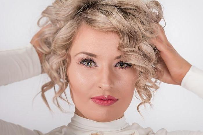 haarschnitt 2020, kurze blonde haare mit locken, rosa lippen, grüne augen