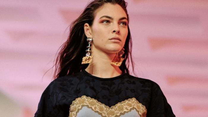 haarschnitt 2020, eine frau model mit ihrer natürlichen haarfarbe, schwarze bluse mit print
