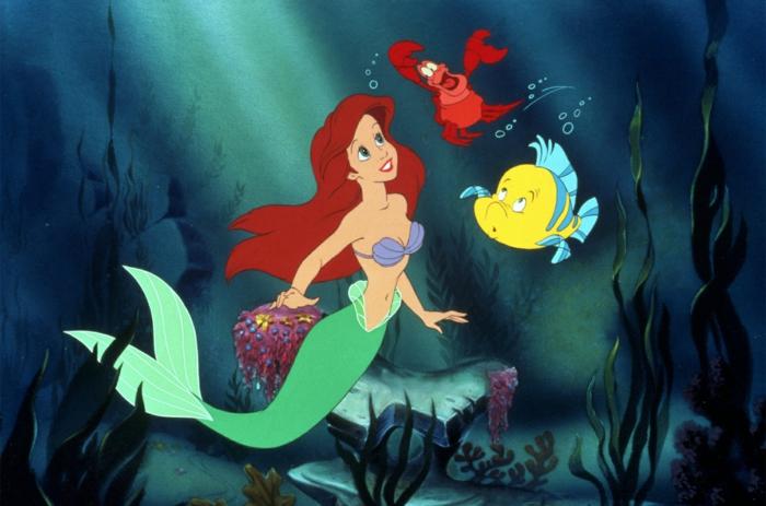 ein Foto aus Arielle, die Meeresjungfrau, Arielle, der Krabe und der Fisch zwischen Algen