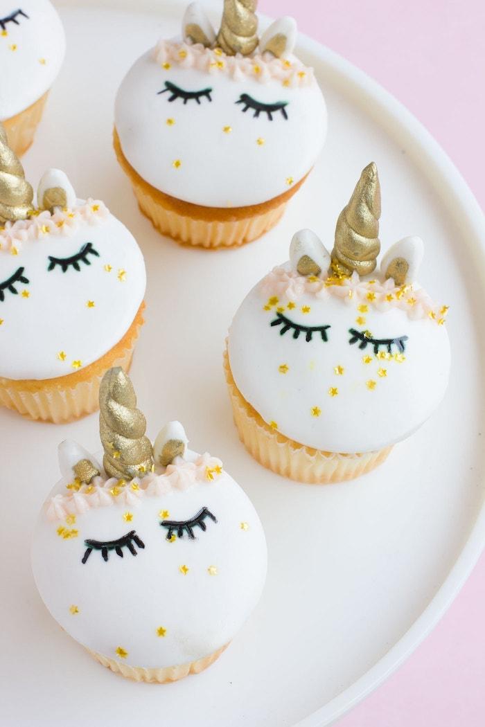 Einhorn Cupcakes selber backen und dekorieren, tolle Idee für Party Essen für Kindergeburtstag