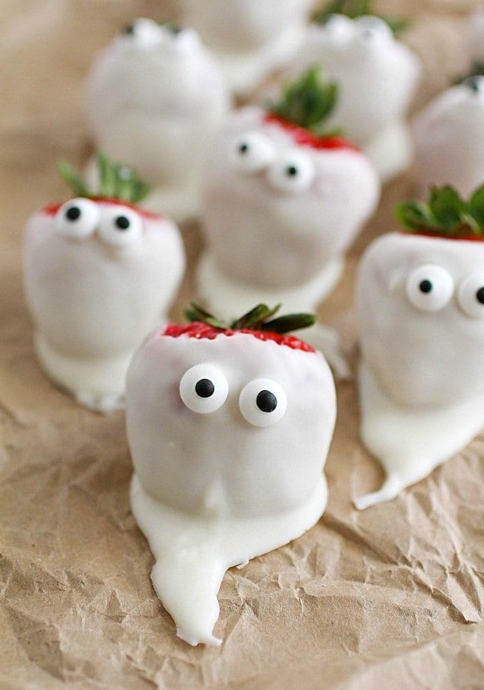 Frische Erdbeeren mit weißer Schokolade und Zuckeraugen, Idee für schnelle Halloween Snacks
