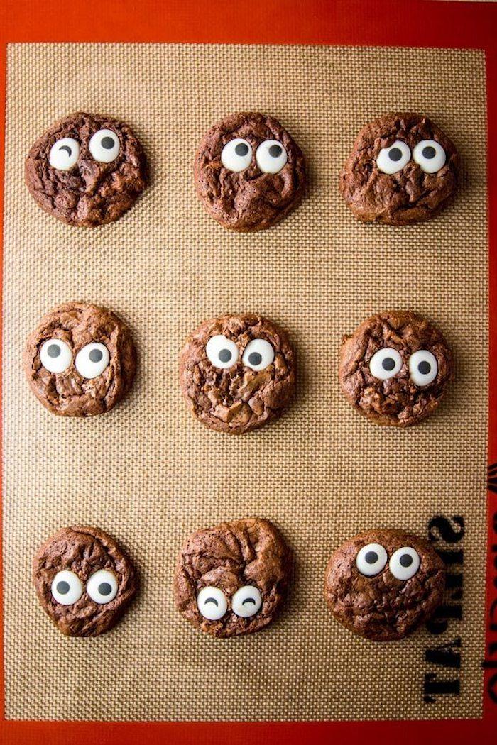 Idee für schnelle und leckere Halloween Snacks, Schoko Kekse mit Zuckeraugen selber backen