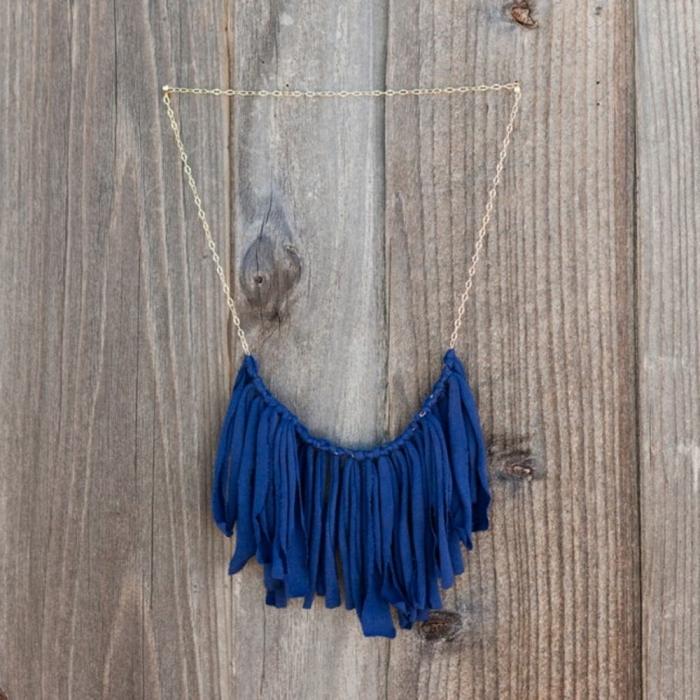 halskette selber machen aus blauem stoff, upcycling ideen, kette aus alten t shirt machen