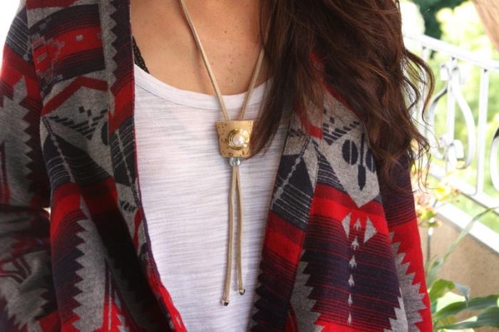 halskette selber machen, kette in boho stil, schmuck diy, weiße bluse, weste mit geometrischen motiven