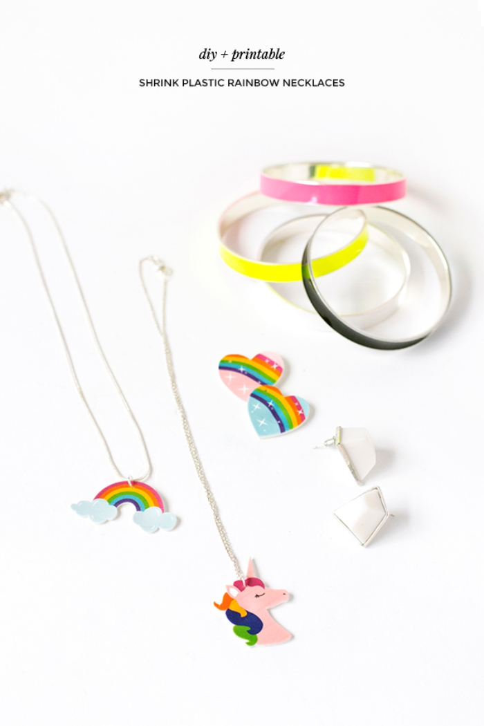 halskette selber machen, selbstgemachte kettenanhänger in der form von regenbogen und herzen, schmukc