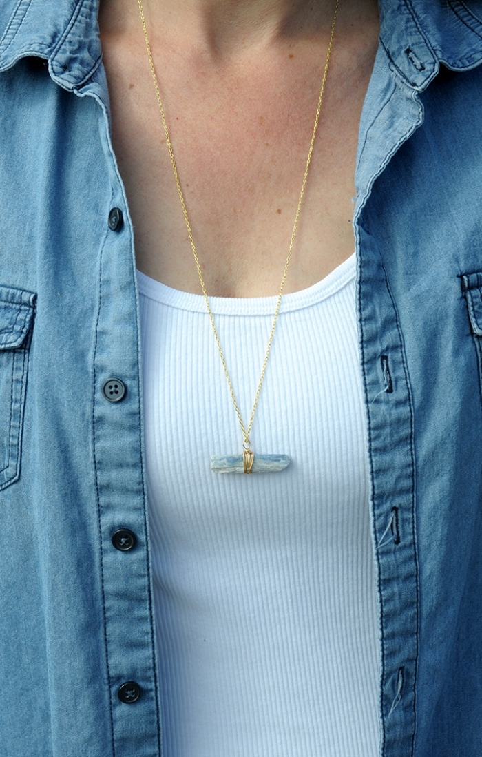 halskette selber machen, weiße bluse, blaues hemd, goldene kette mit stein als anhänger