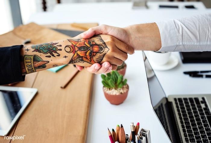 Ideen für coole farbige Tattoos, Fuchs Tattoo an der Hand, Tattoos für Männer