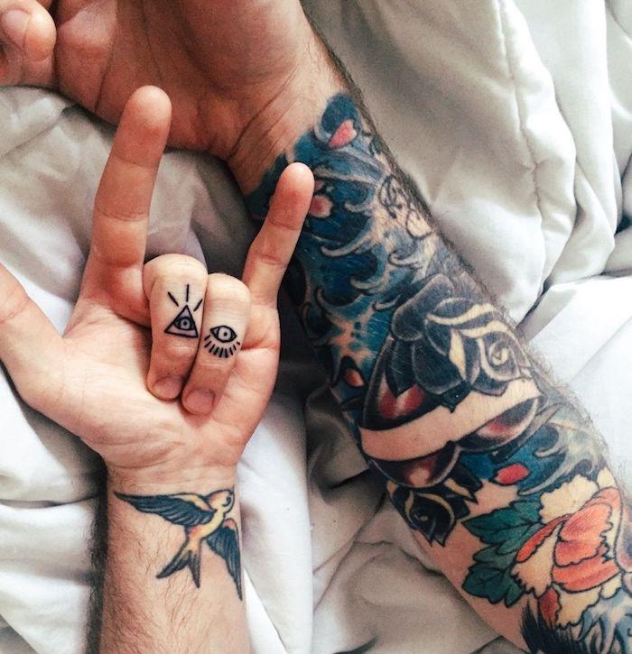 Tattoo Motive für Männer, Schwalbe Tattoo am Handgelenk, Auge der Vorsehung Finger Tattoo