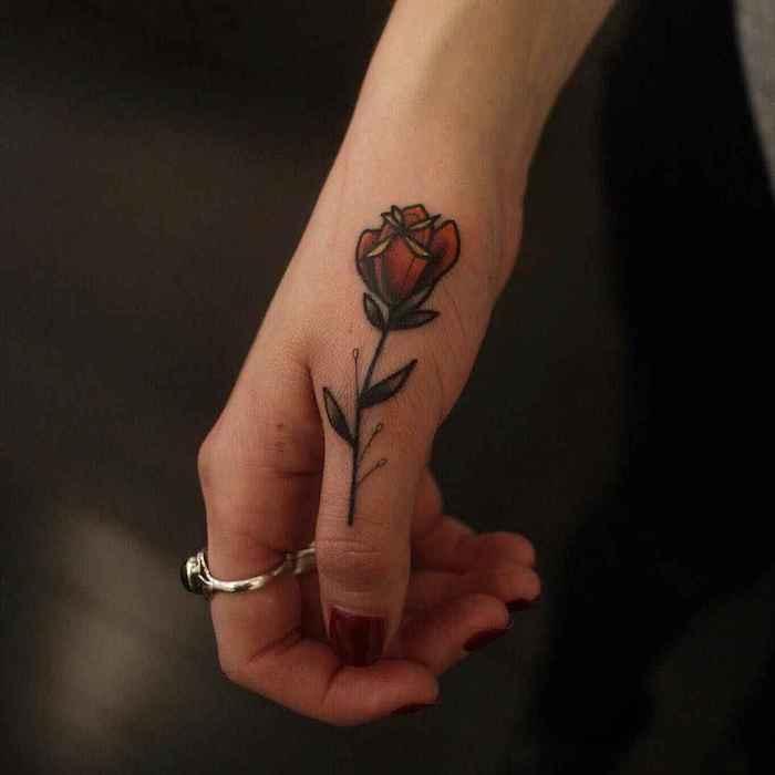Farbiges Rosen Tattoo an der Hand, Daumen Tattoo Rose, Tattoo Ideen für Frauen