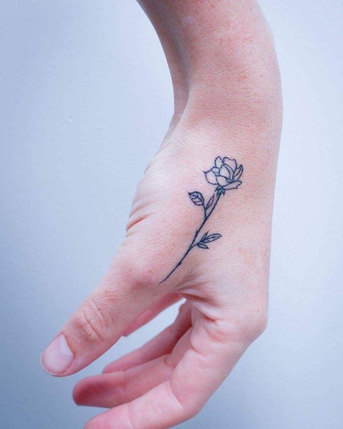 Schönes Rosen Tattoo an der Hand, weibliche Tattoo Motive mit Bedeutung, Blumen Tattoos