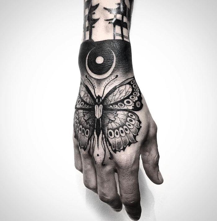 Cooles Tattoo an der Hand, Schmetterling und Halbmond, Tattoo Motive für Frauen
