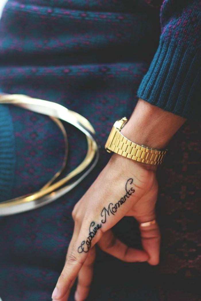 Tattoo Spruch an der Hand, Tattoo Ideen für Frauen, goldene Armbanduhr, dunkelblauer Pulli