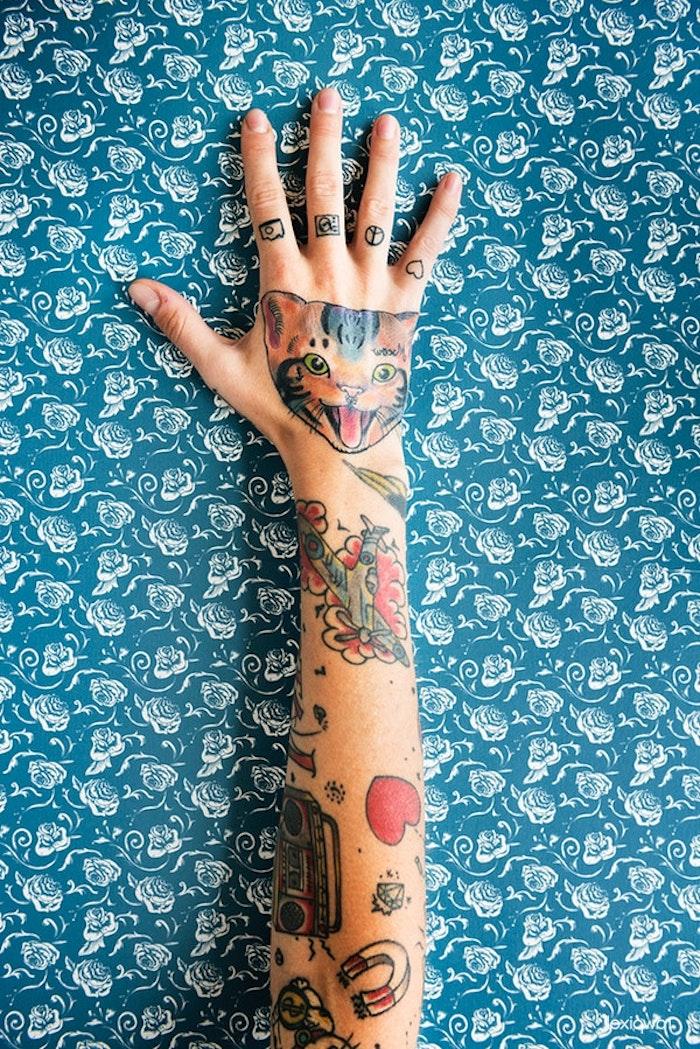 Farbiges Katzen Tattoo an der Hand, kleine Tattoos an Fingern, Herz Magnet Diamant Tattoos