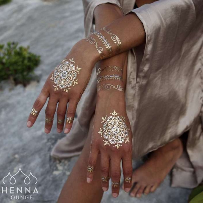 Goldene Henna Tattoos an den Händen, coole temporäre Tattoos für den Sommer