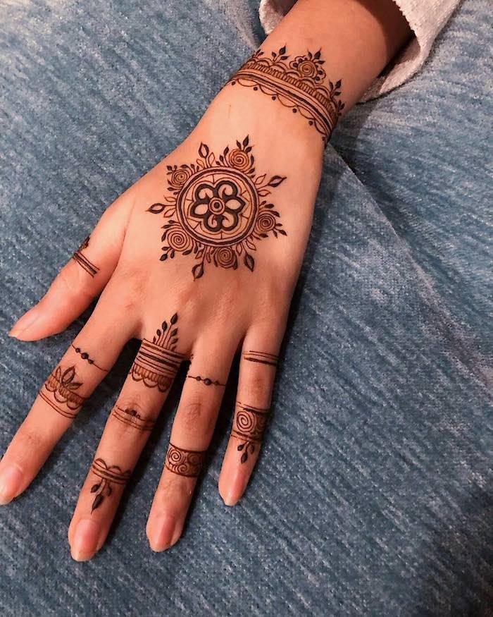 Henna Tattoo Idee, schöne temporäre Tattoos, als Armband und Ringe, Tattoos für den Sommer