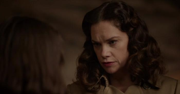 Mrs Coulter spricht zu Lyra und sieht sie in den Augen, Szene aus His Dark Materials