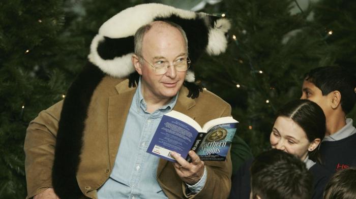 Philip Pullman liest sein Buch vor Kindern und bekommt einen eigenen Daemon, His Dark Materials