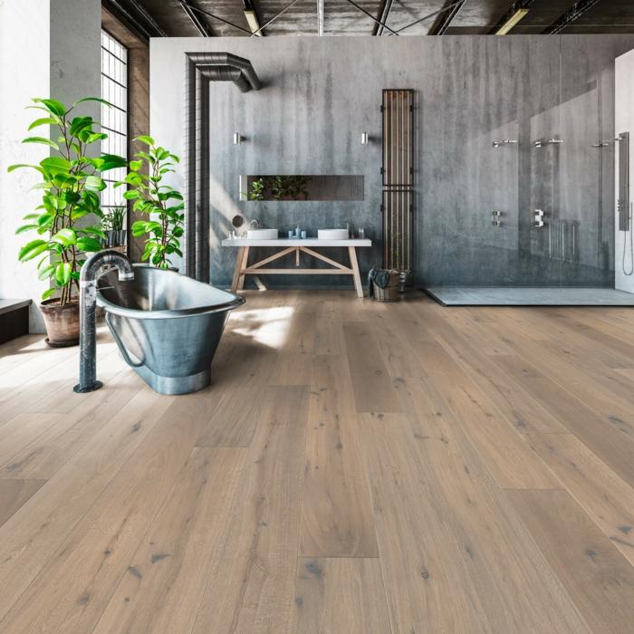 ein Parkettboden im Badezimmer, Holz als natürlicher Baustoff, eine graue Badewanne
