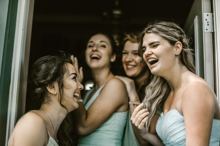 die Mädchen haben Spaß bei der Hochzeit, die Braut ist keine Junggesellin mehr
