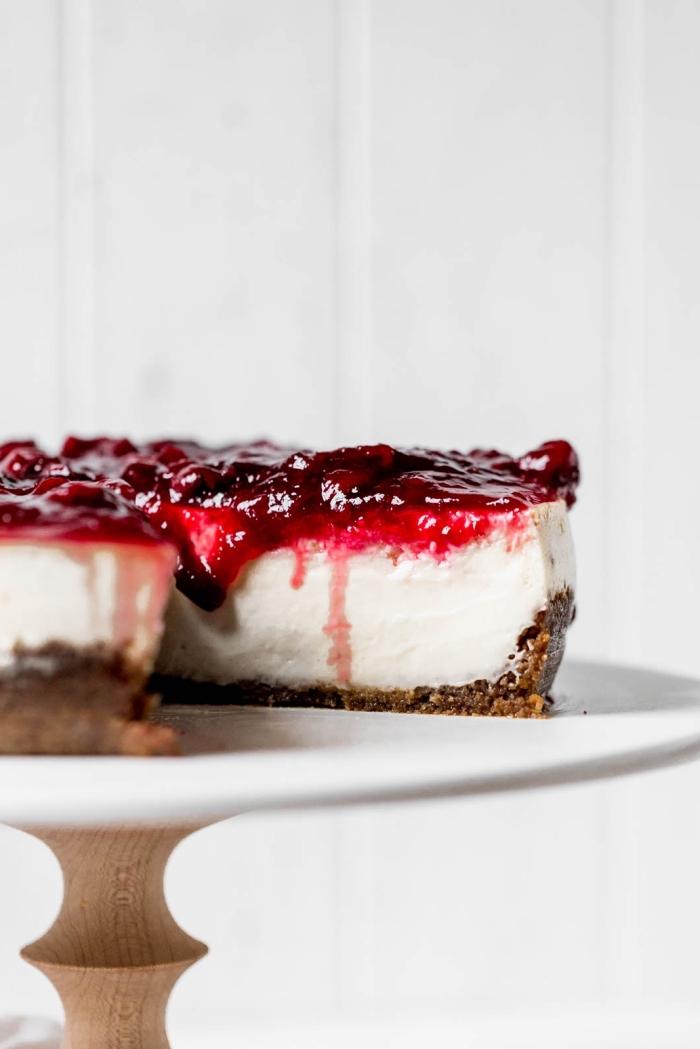 käsekuchen ohne backen, frisches dessert, cheesecake garniert mit kirschenmarmelade, torte mit kirschen