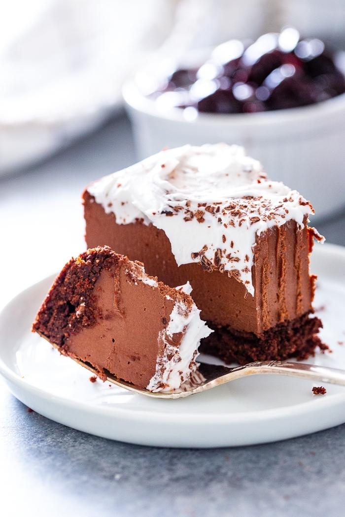 käsekuchen ohne backen, schokokuchen garniert mit vanillesahne, schneller kuchen mit schokolade
