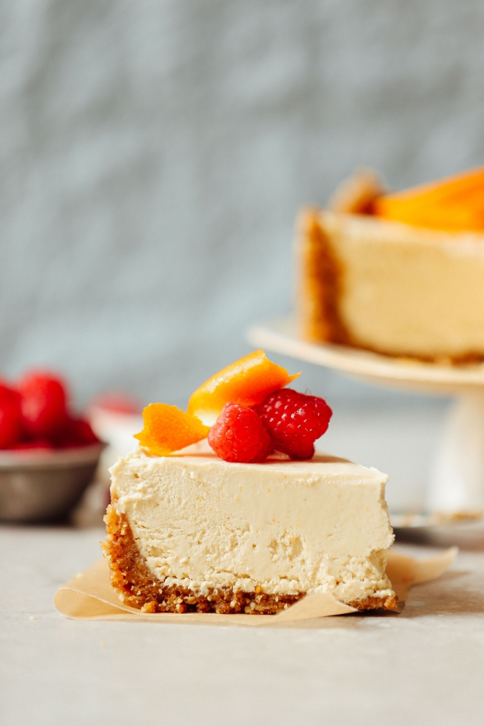 käsekuchen ohne backen, leckeres sommerdessert mit früchten, cheesecake mit pfirsichen und himbeeren