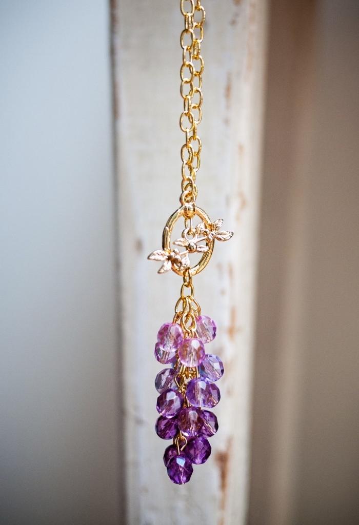goldene kette, lila perlen in ombre look, ketten basteln anleitung, kettenanhänger selsbt gestalten