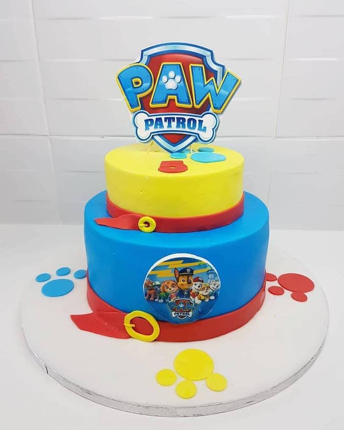 Paw Patrol Geburtstagstorte für Junge, zweistöckige Torte gelb und blau, ausgefallener Kuchen für Kindergeburtstag