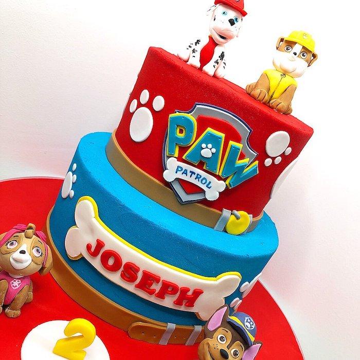 Zweistöckige Geburtstagstorte mit Paw Patrol Tortenfiguren, rot und blau, schöne Torten für Kinderpartys