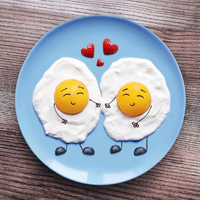 Kunst mit Essen leicht gemacht, Spiegeleier Hand in Hand mit Blaubeeren für Schuhe, Herzen aus Erdbeeren
