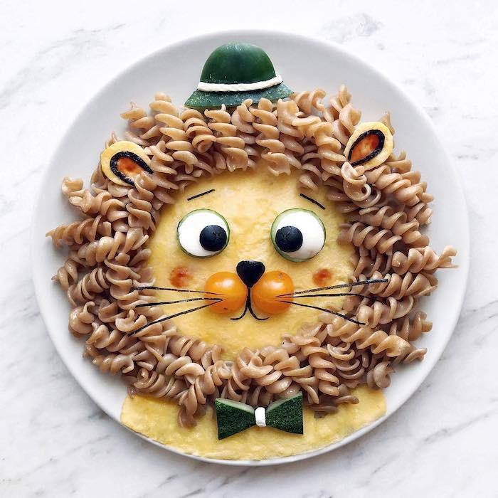 Idee für Kunst mit Essen, Löwe aus Omelett mit Pasta für Mähne, Party Essen für Kindergeburtstag