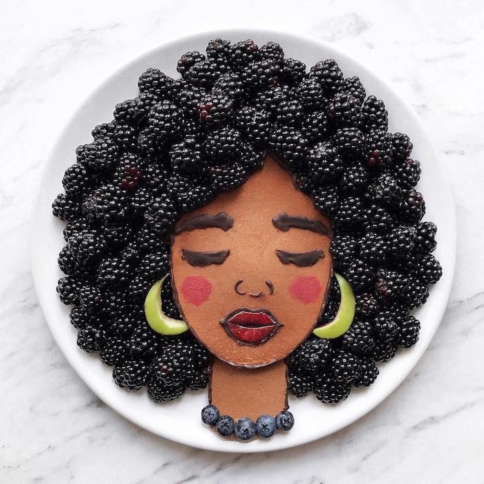 Coole Idee für Kunst mit Essen, Frauengesicht aus Pfannkuchen, Brombeeren für Haare, Blaubeeren für Kette, Apfelstücke für Ohrringe