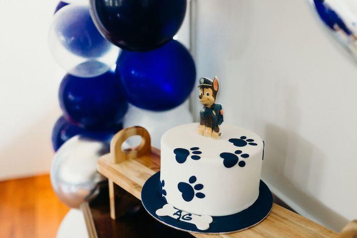 Paw Patrol weiße Fondant Torte mit blauen Pfoten, Chase Tortenfigur, Geburtstagstorte für Junge
