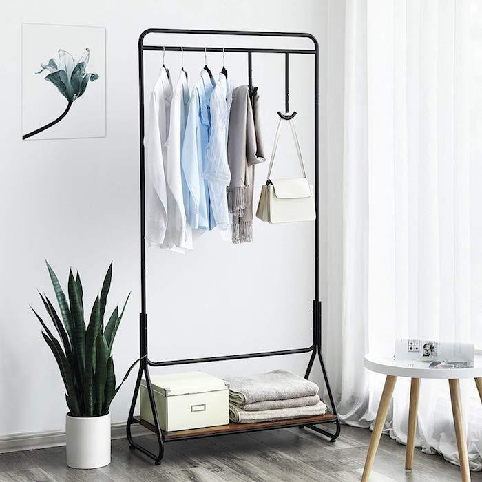 Kleiderstange, zentrales Designelement, das die Blicke aller Besucher auf sich zieht