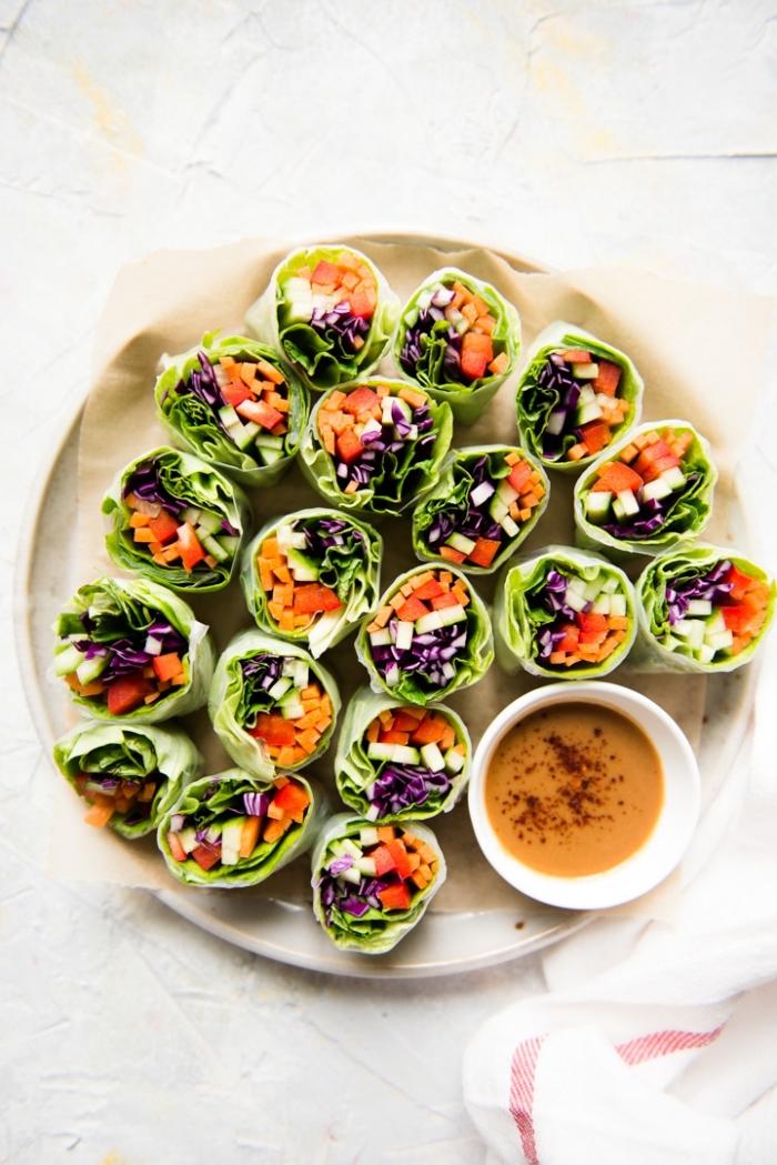 kleine snacks für party, vegane rezepte, partyrezepte einfach, rollen mit gemüse garniert mit chili soße
