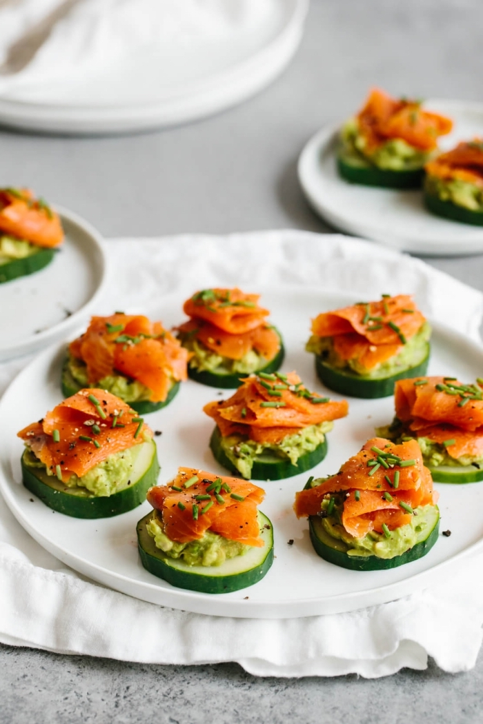 kleine snacks für picknick, gurken mit avocado, eiern und lachs, fingerfood rezepte, häppchen