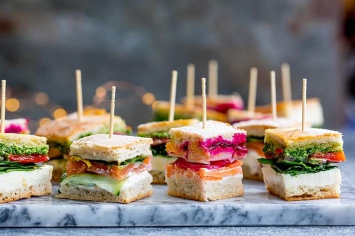 kleine snacks, häppchen ideen, kleine sandwiches mit lachs, grünem salat und frishckääse