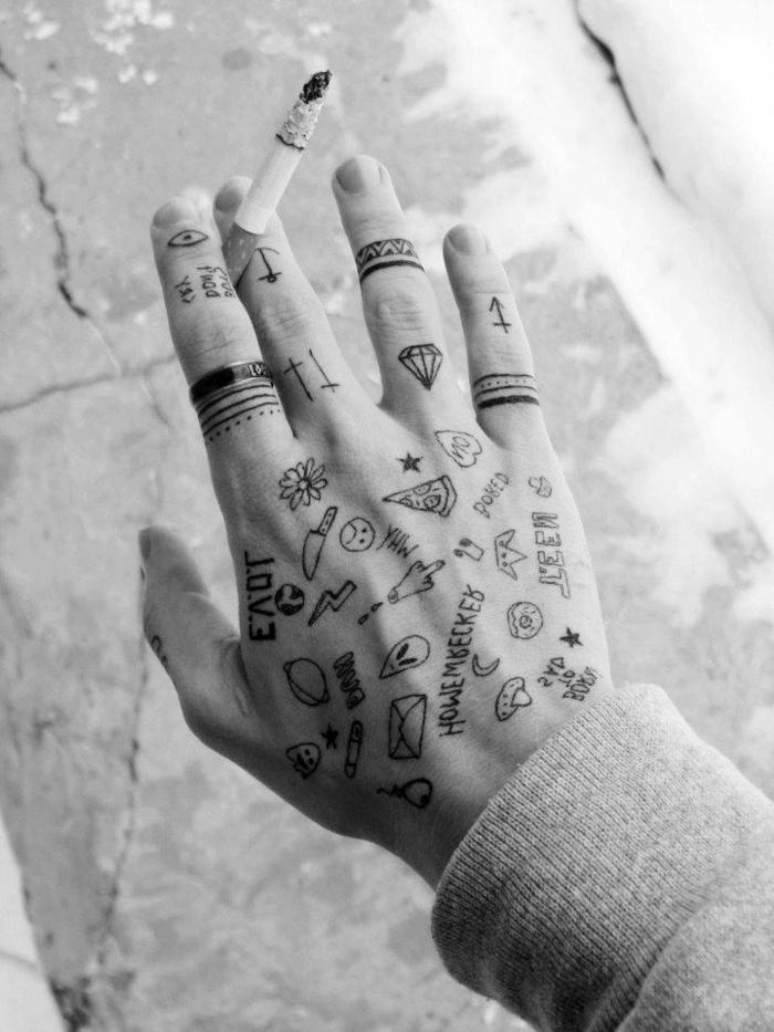 Winzige lustige Tattoos an der Hand, Tattoo Ideen für Männer, Ringe und kleine Figuren