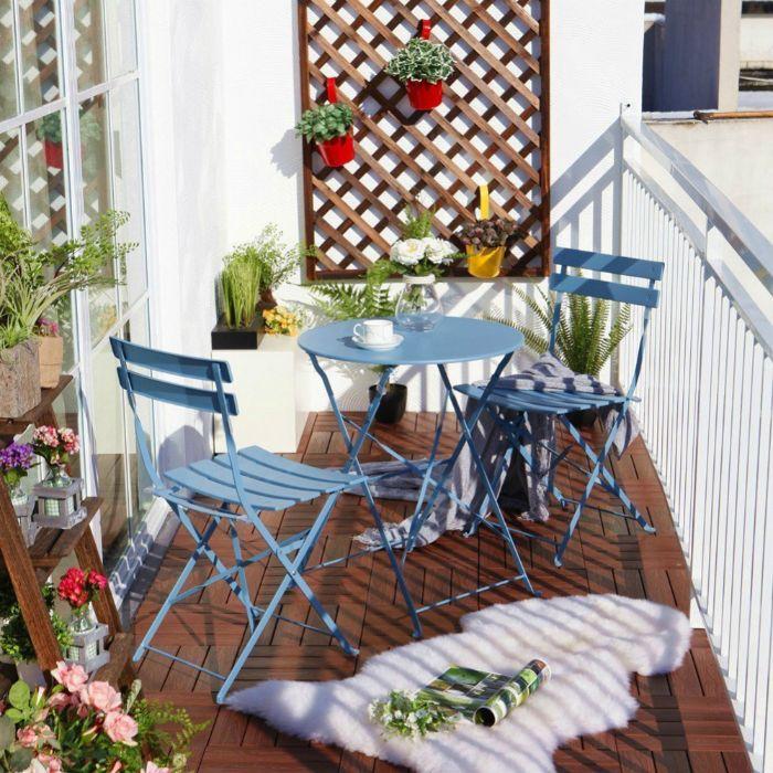 balkonmöbel für kleinen balkon, blaue möbel himmelsblau, weißer fell, blumenöpfe an der wand