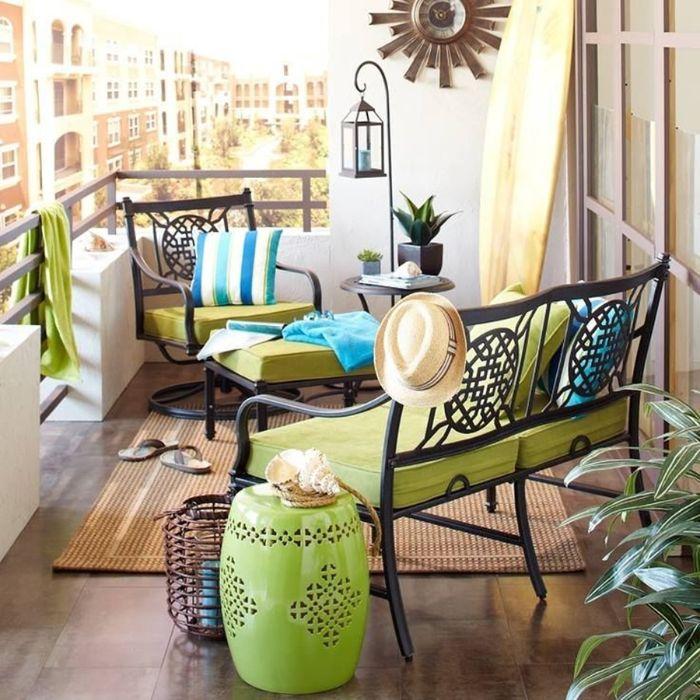 balkonmöbel für kleinen balkon, grüne und blau, spiegel an der wand, hut angehängt, flip flops