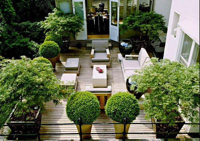 balkonmöbel für kleinen balkon, viele pflanzen, bepflanzung auf dem balkon