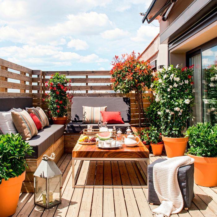 deko balkon, orange und grün dekorationen zum inspirieren, sommerliche deko in grün