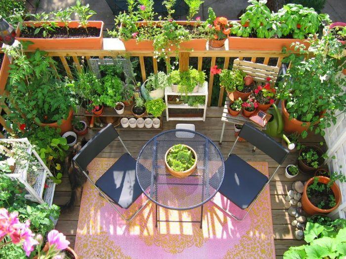 deko balkon, kaffeetisch, stühle, balkon dekorationen, natürliche deko, bunte blumen