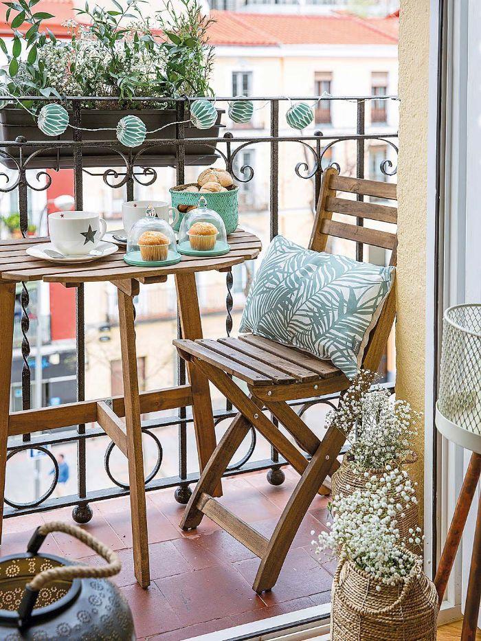 deko balkon, kissen auf dem stuhl, blumen, kräuter, gewürze selber pflanzen, tisch mit stuhl