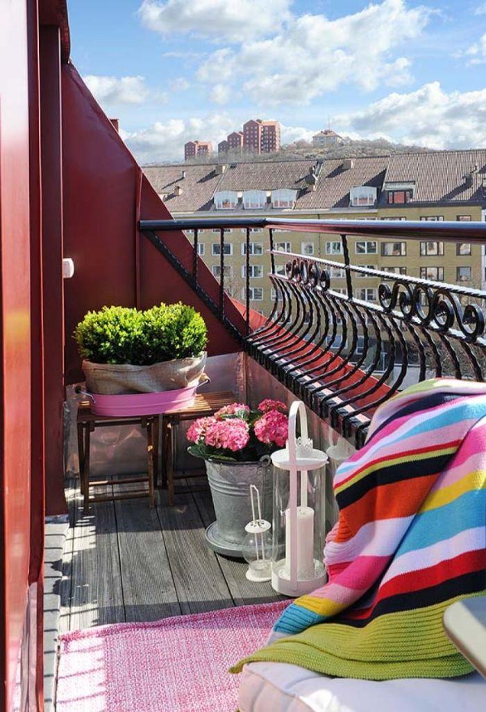 deko balkon, bunte decke, kleine terrasse mit rosa farben pflanzen, deko, lampen