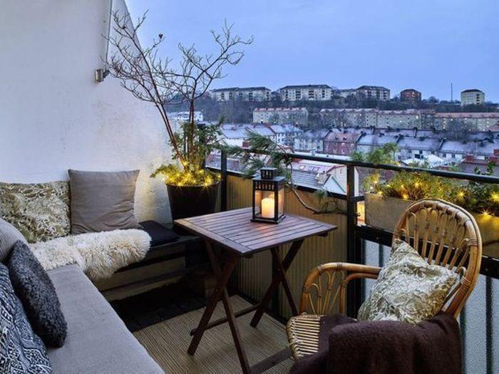 deko balkon, weiß, grau und beige, ethno stil moderne einrichtung für terrasse, rattan stuhl