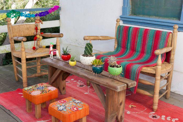 kleiner balkon ideen, bunte deko ideen auf vintage holzmöbel, blumentöpfe kreativ gestalten