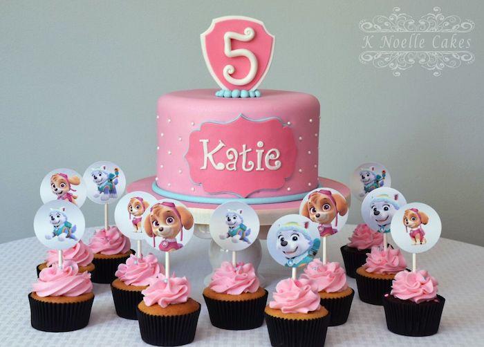 Rosa Fondant Torte für Kindergeburtstag, Muffins mit rosa Creme, kleinen Perlen und Paw Patrol Papierkreisen
