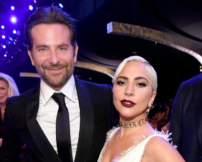 Lady Gaga und Bradley Cooper, Lady Gaga mit einem weißen Kleid und Bradley mit einem Anzug